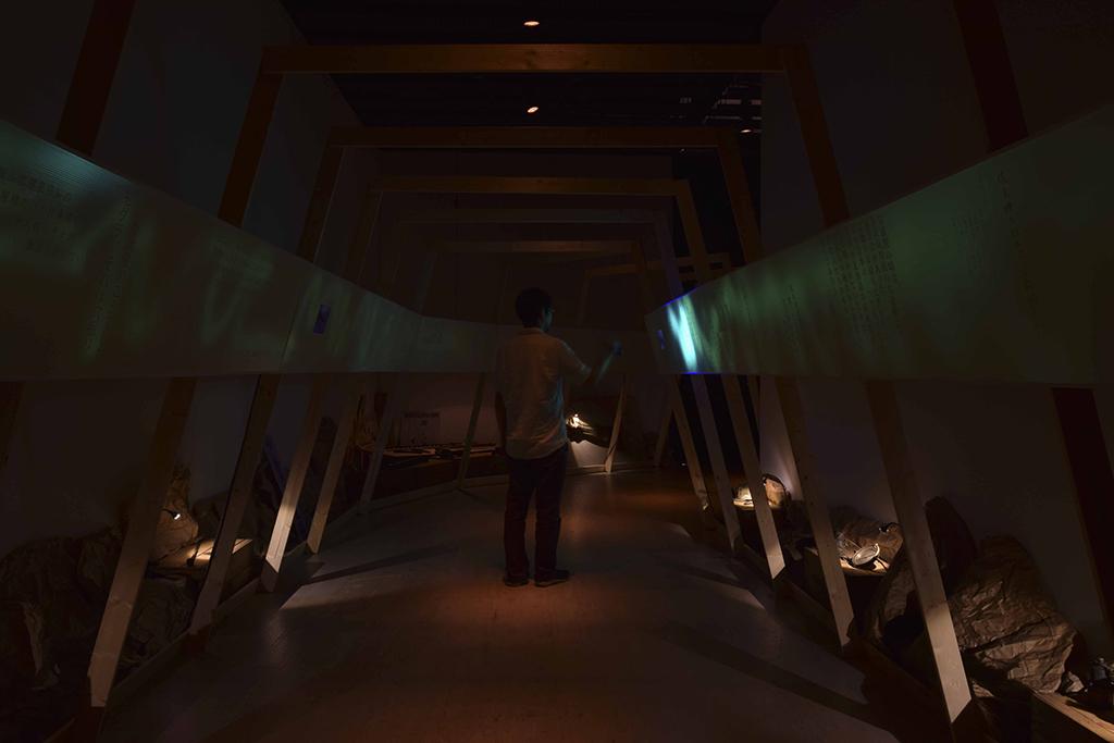 せんだいメディアテークで実施された展覧会「亜炭香古学2015 展覧会 山のひかり 川のほし」展の展示計画。SPF材で構成した、坑道をイメージしたインスタレーション。