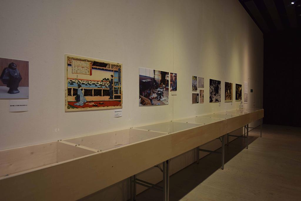 せんだいメディアテークで実施された展覧会「亜炭香古学2015 展覧会 山のひかり 川のほし」展の展示計画。備品の長机の上に被せて使用する展示ケースもSPF材で構成。