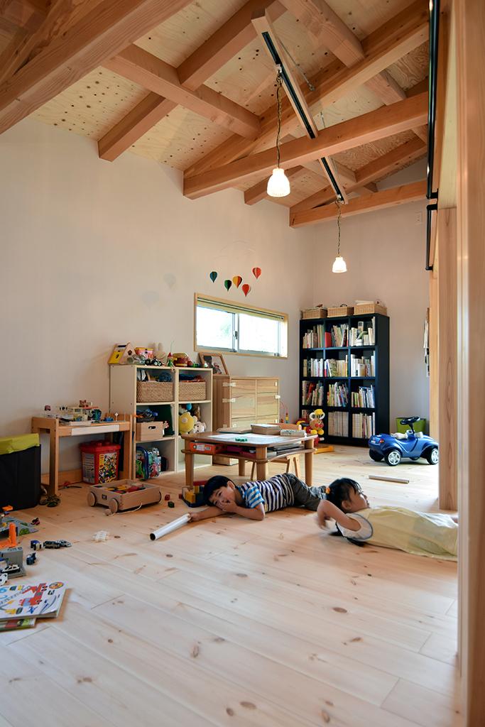 路地(法42条3項道路)の奥に建つ平屋の住宅の設計事例。多目的室内観。ライティングレールによる可変性を持たせた照明計画。壁は塗装用壁紙素地。